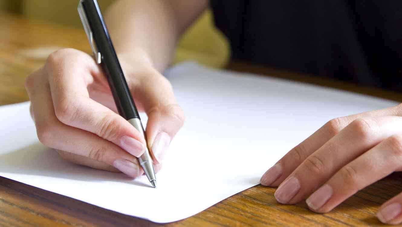 mujer escribiendo carta